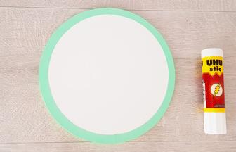 rond en bois à décorer, coller le cercle vert