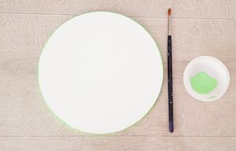 peindre les tranches du rond en bois avec du vert pastel