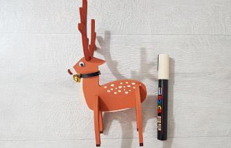 cerf 3d en bois, décoration avec un posca crème et un ruban noir