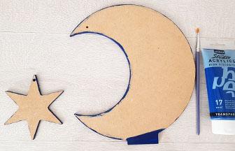 déco diy noël, lune étoile sur socle en bois à customiser, peinture bleu foncé pébéo